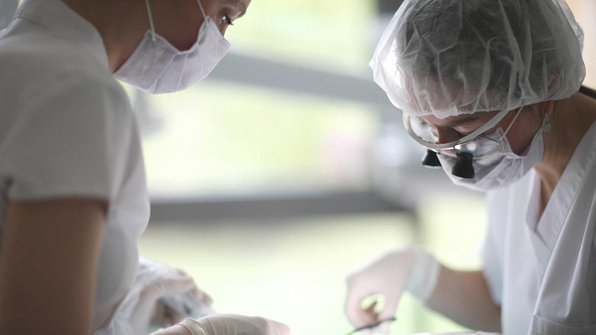 Globalny niedobór medycznych masek ochronnych uderza w praktyki dentystyczne na całym świecie